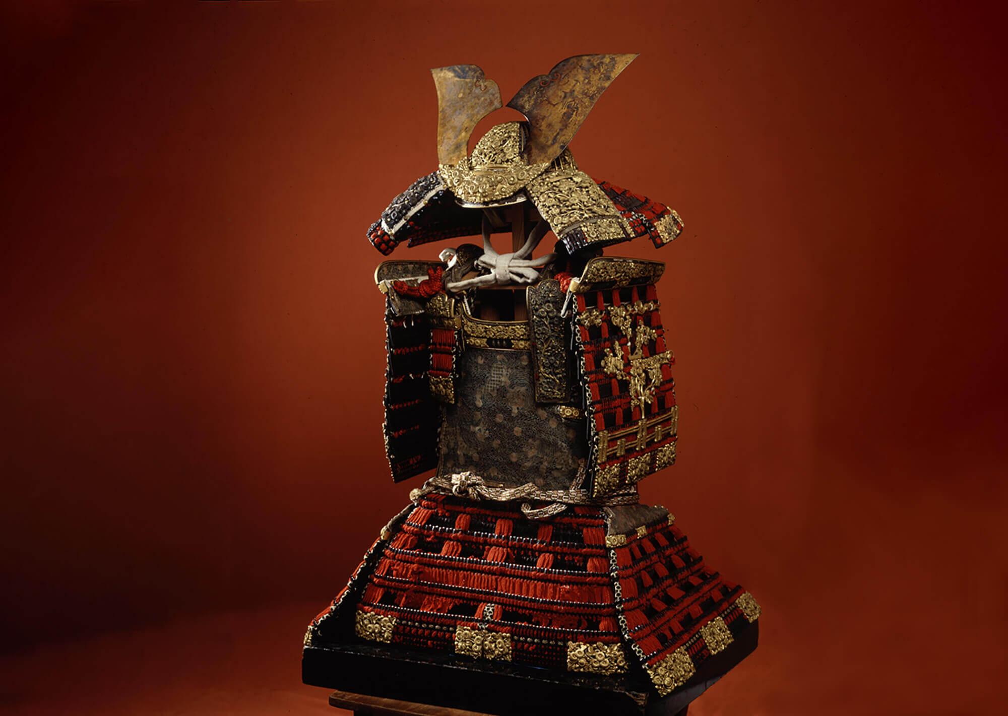 国宝 赤糸威鎧 兜 大袖付 附唐櫃 櫛引八幡宮蔵