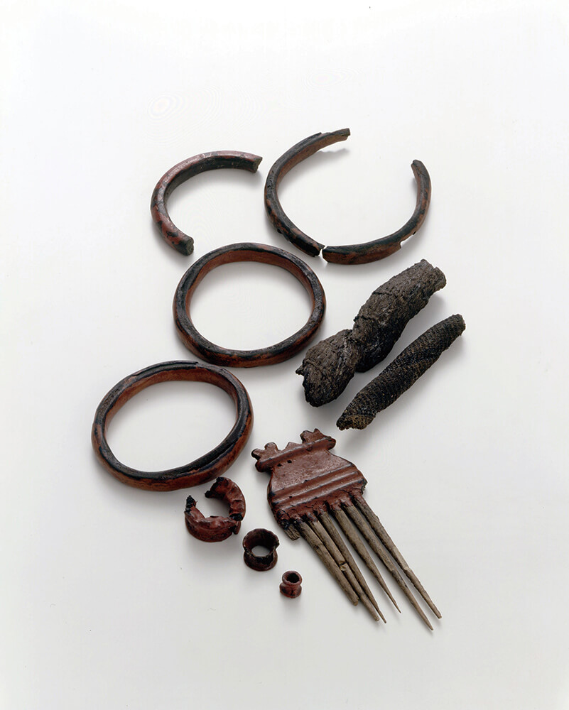 櫛・腕輪・耳飾り・漆漉し布(編布)