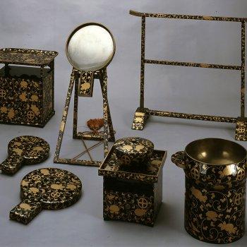 菊牡丹唐草轡十字紋蒔絵漆器