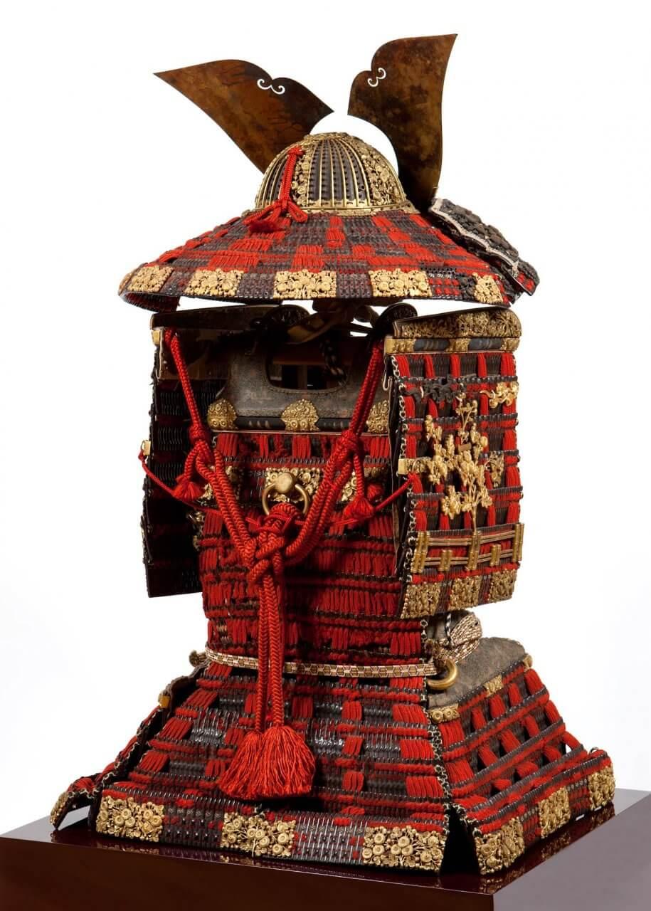 赤糸威鎧 兜、大袖付 附唐櫃(あかいとおどしよろい かぶと、おおそでつき つけたりからびつ) 背面