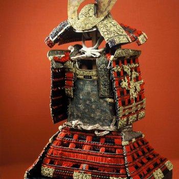 赤糸威鎧 兜、大袖付 附唐櫃(あかいとおどしよろい かぶと、おおそでつき つけたりからびつ)